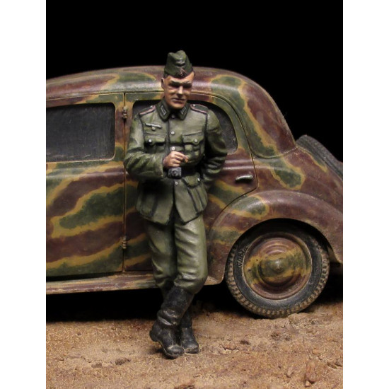 GERMAN SOLDIERS w/FUEL DRUMS. SPECIAL EDITION - PLASTIC MODEL KIT SCALE 1/35 MINIART 35256
